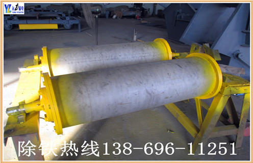 """1.干式永磁滚筒采用人民共和国机械工业标准""""JB / 7895-1999"""",采用稀土复合磁性系统,并采用高强度胶(J-39)粘结和环氧灌注,磁性表面用不锈钢加强胶胶挂胶,不脱落.气缸两端的密封垫圈涂有塑料密封,确保无水;整体采用先进的技术和合理的结构.经过特殊设计,使的磁场强度分布更为合理,分选效果更明显.   2.此碎钢磁选机永磁筒体机身通过特殊设计,不易堵塞材料,运行材料.通过半逆流类型."""