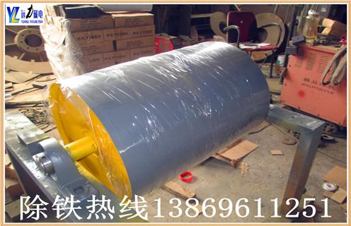 2.此碎钢磁选机永磁筒体机身通过特殊设计,不易堵塞材料,运行材料.通过半逆流类型.    3..有两种左右传输模式.    4.永磁体辊面橡胶采用直接硫化代替粘接,硫化层采用高耐磨橡胶,厚度4mm,用2-3年,粘接强度为3.5MPa.    5.场强,磁场深度,加工能力大    6.结构简单,容量大;操作简单,维护方便.